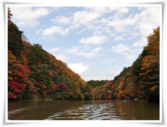 水上からの紅葉R.jpg